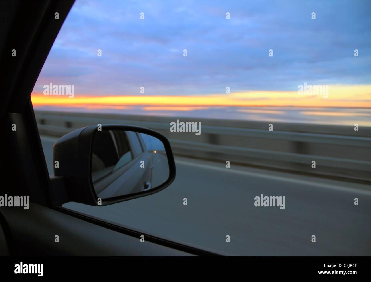 Blick in den Rückspiegel im Auto auf Autobahn Stockbild