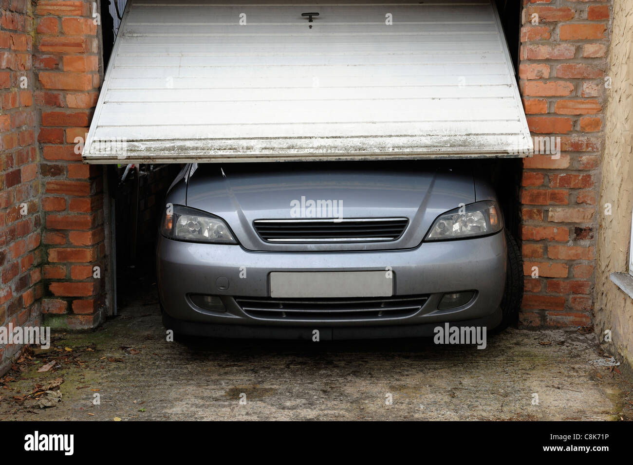 Auto wird nicht in die Garage passen. Stockbild