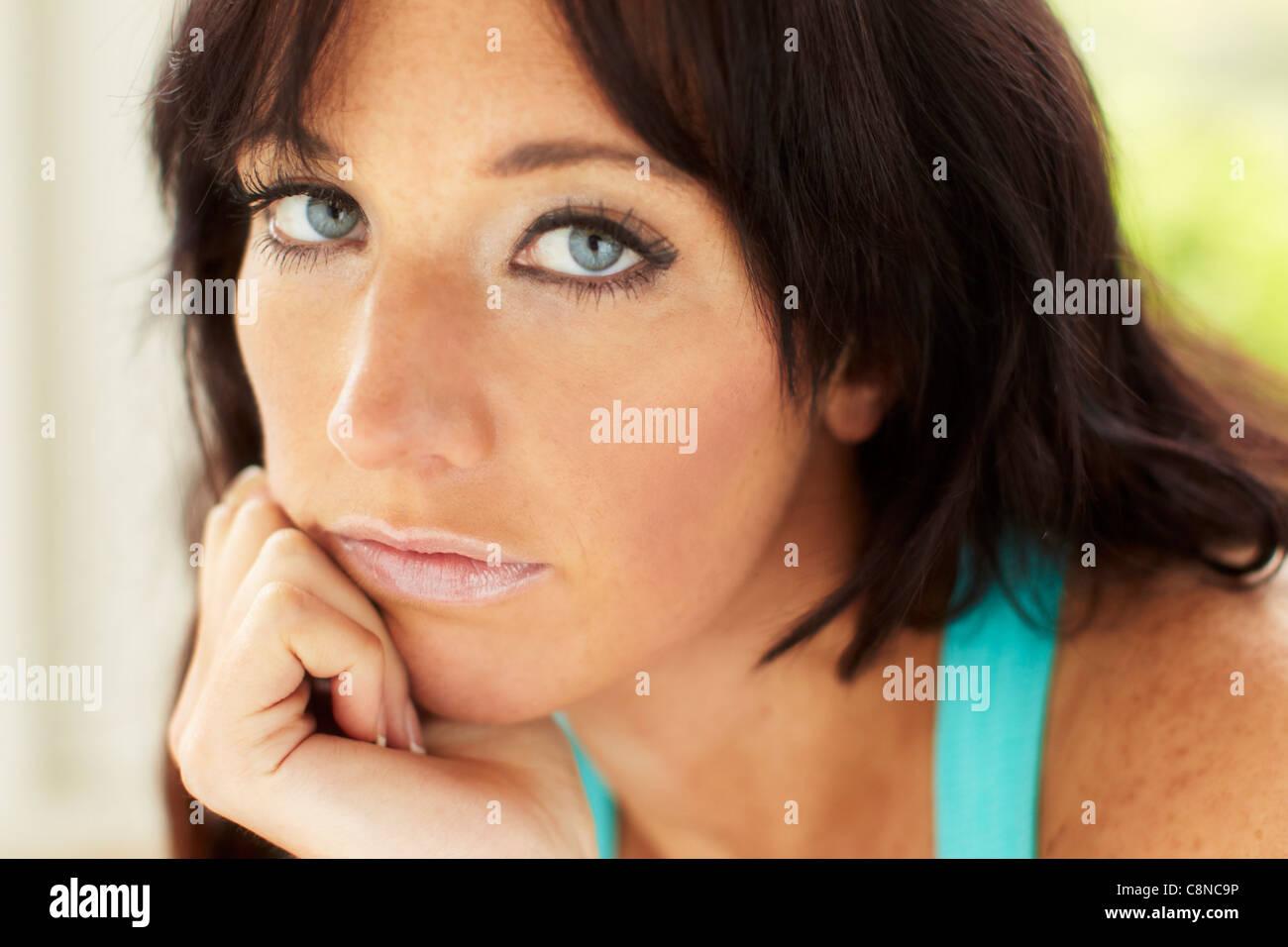 Traurig aussehende Frau Stockbild