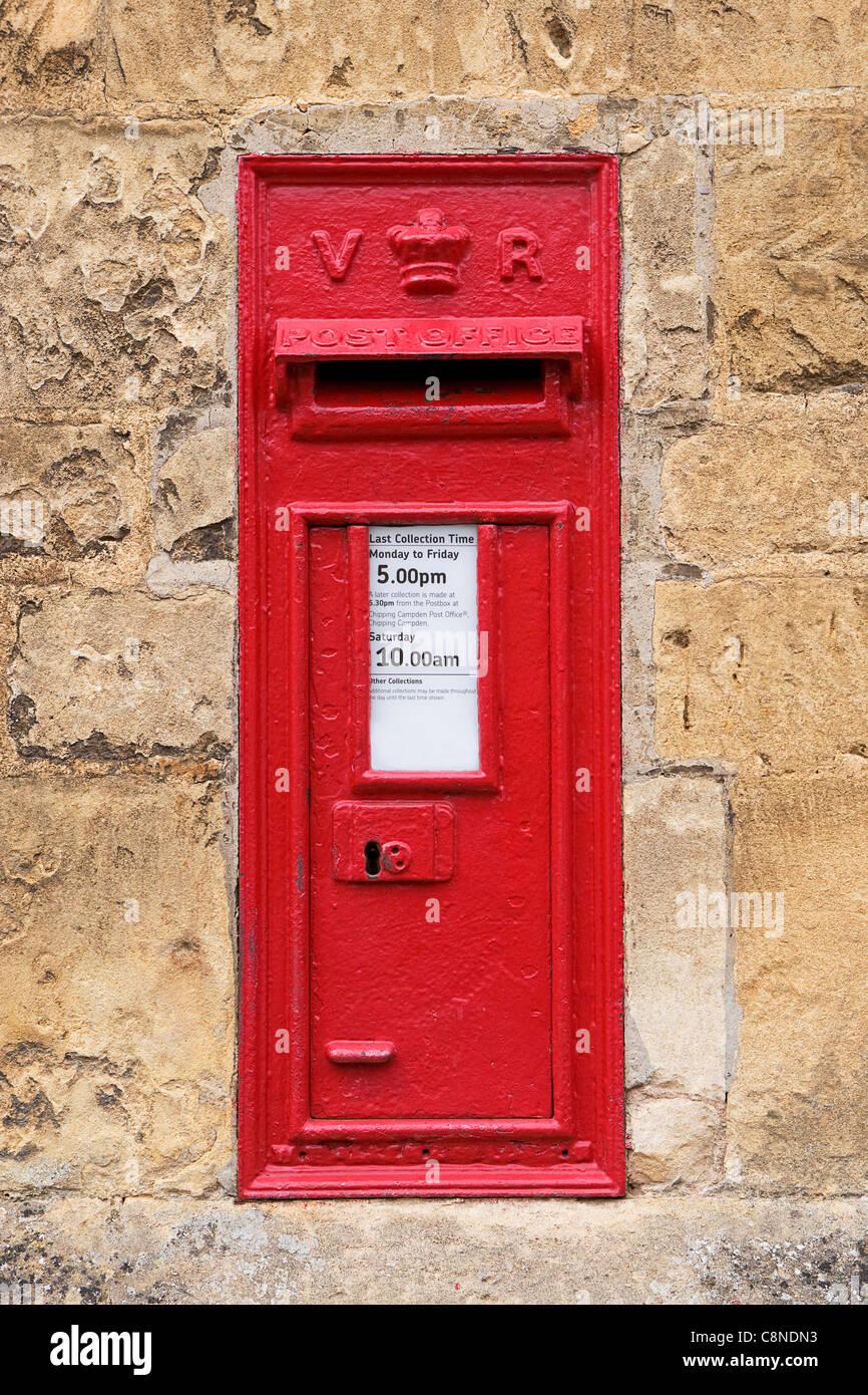 England Englischer Briefkasten In Steinmauer Stockfoto Bild