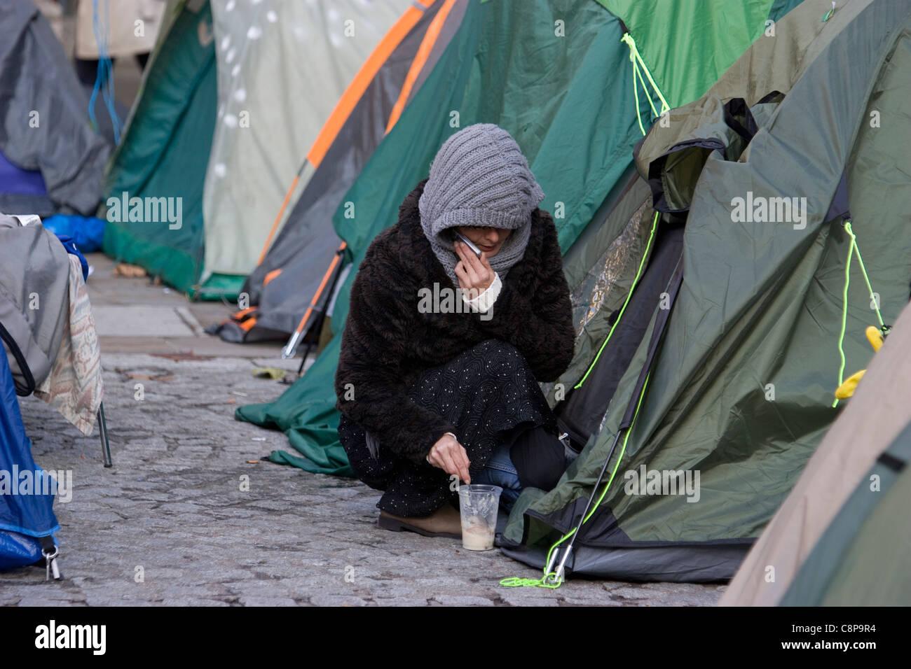 Camping Demonstrant bei St Pauls Cathedral, London Protest mit Zelten zu besetzen Stockbild