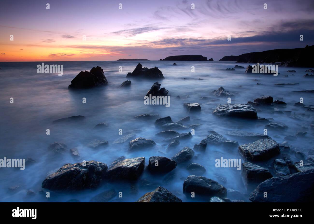 Abenddämmerung am Marloes, mit Blick auf Gateholm und Skokholm Inseln, Pembrokeshire, Westwales. Stockbild