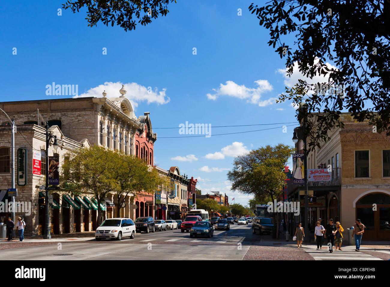 Bars und Restaurants an der East 6th Street im historischen Stadtzentrum von Austin, Texas, USA Stockbild