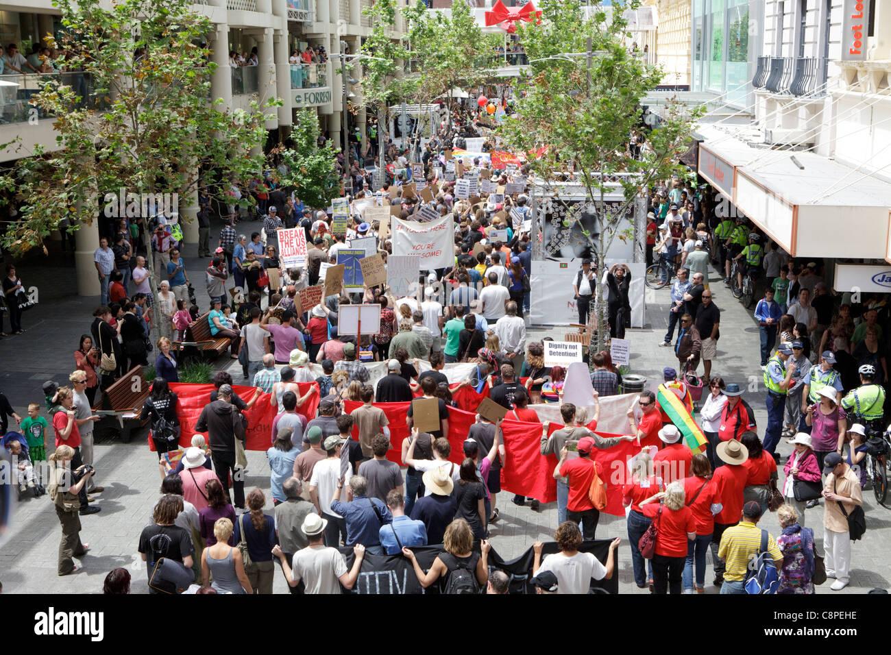 Demonstranten marschieren über Murray Street Mall. Der Protest wurde gehalten, um pünktlich zum Start Stockbild