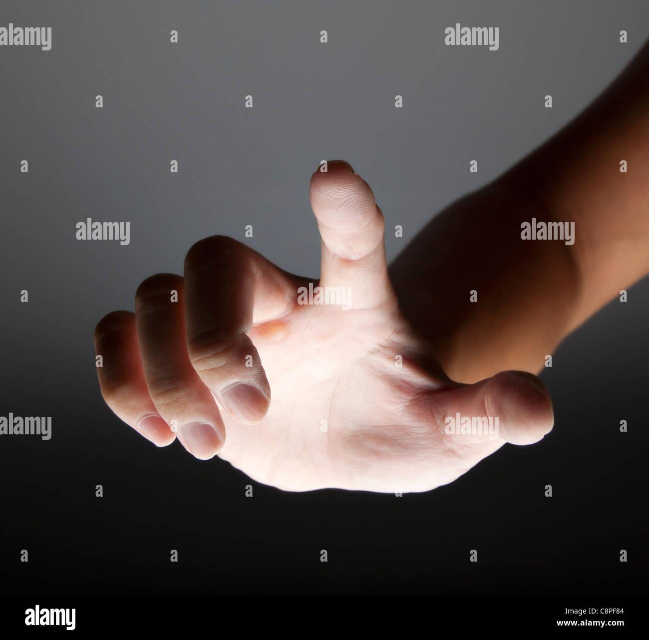 Hand zu berühren im Dunkeln Stockbild
