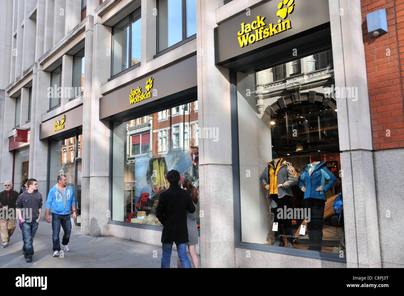 c877049cb73d25 Jack Wolfskin Store Shop-outdoor-Bekleidung Kleidung lange Acre Covent  Garden in London · Matthew Chattle   Alamy Stock Foto