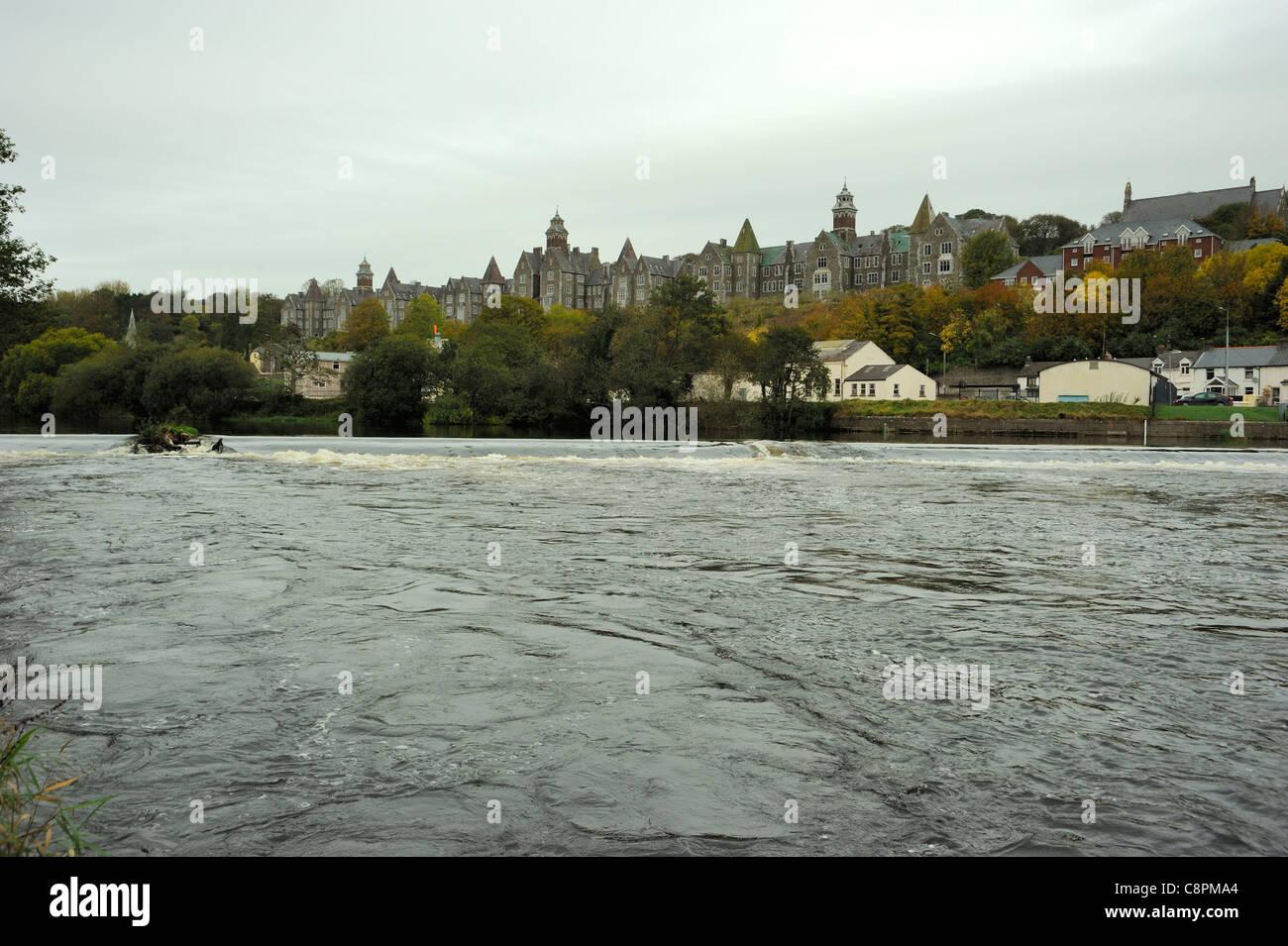 Atkins Hall und Fluss Lee Wehr, Cork City (war der Muttergottes psychiatrisches Krankenhaus Cork) Stockbild