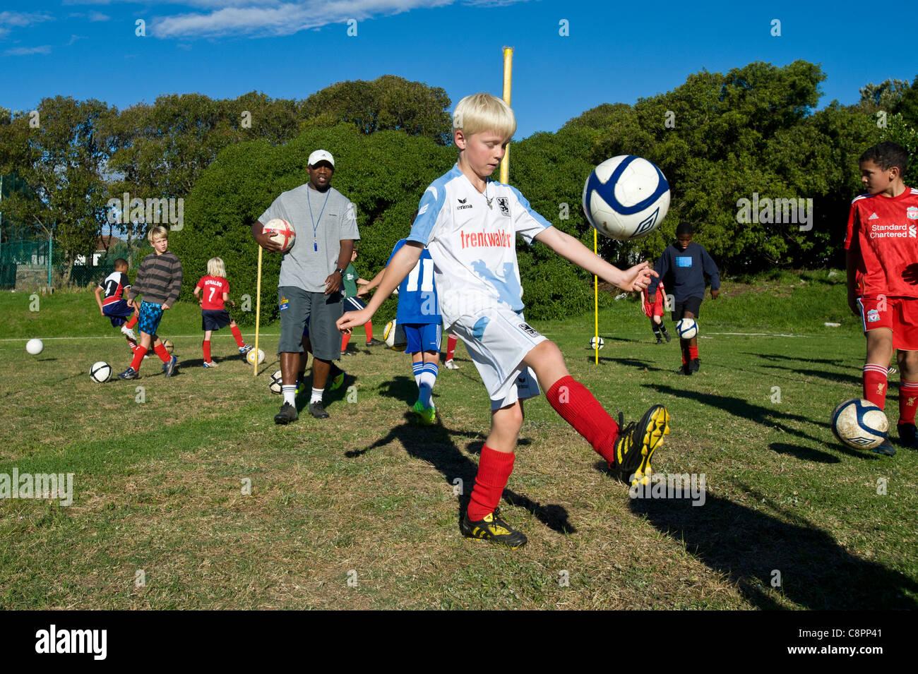 Fußball-Trainer beobachten junior Spieler üben Ballfertigkeit Kapstadt Südafrika Stockbild