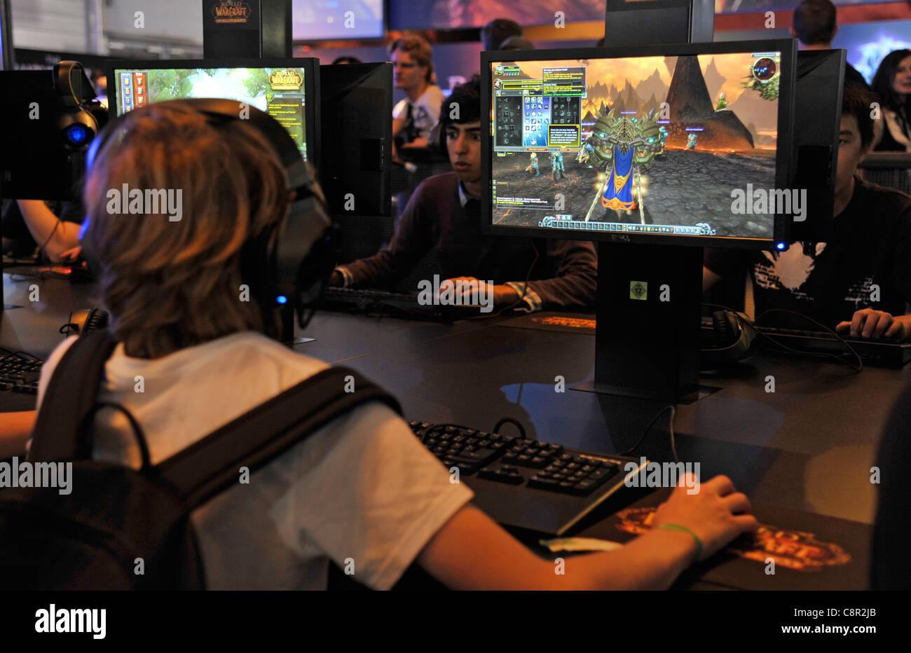 """Jugendliche spielen die neueste Version von """"World of Warcraft"""" auf der Gamescom Messe in Köln Stockbild"""