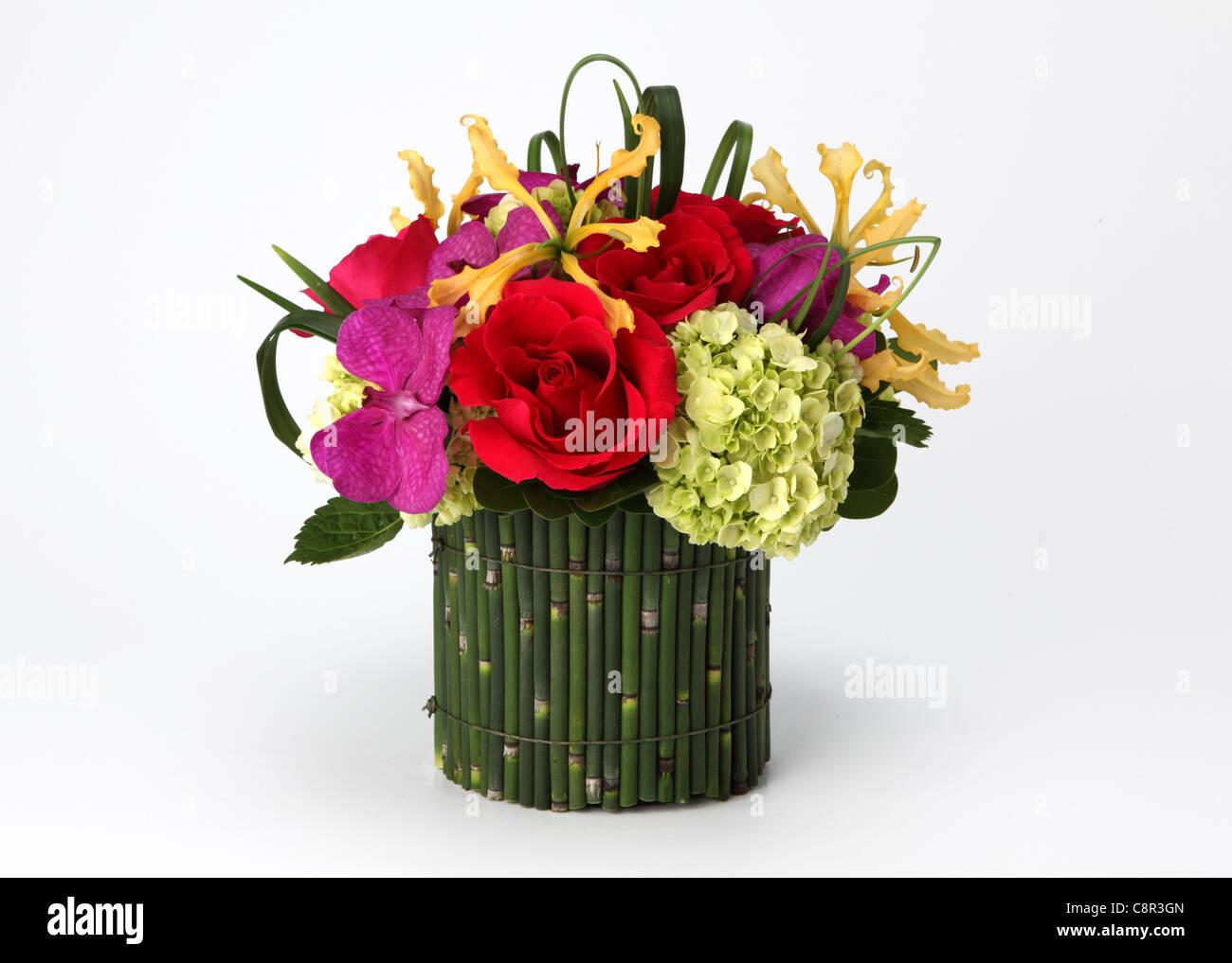 einen bunten blumenstrau in einer vase rote rosen creme hortensie gelbe orchidee laelia. Black Bedroom Furniture Sets. Home Design Ideas