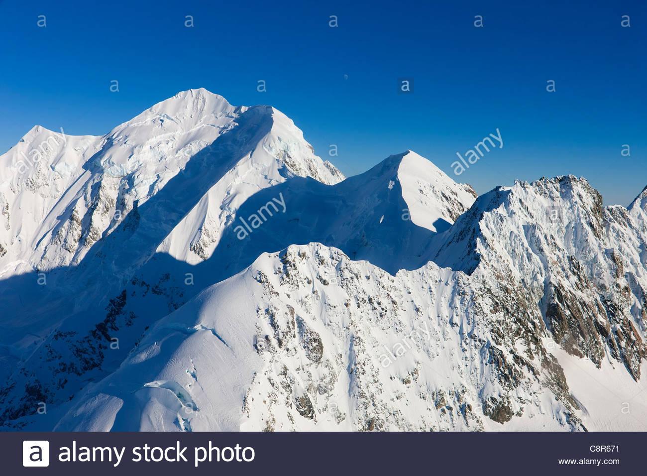 Drei Viertel Mond ist über Mount Tasman, ein 11476 Fuß (3498 m) Berg Neuseelands Südalpen sichtbar. Stockbild