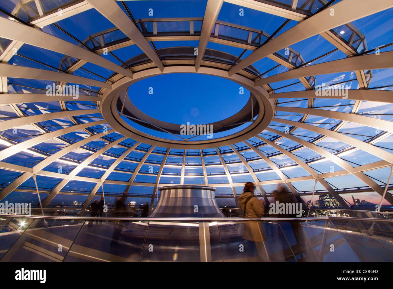 Reichstag Gebäude Dach Terasse Kuppel von Sir Norman Forster bei Dämmerung, Berlin, Deutschland, Europa Stockfoto