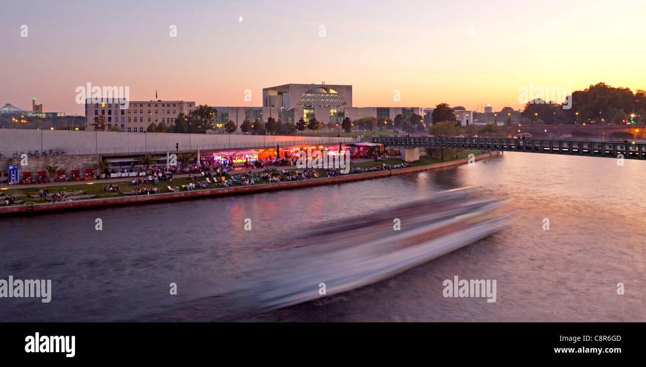 Fluss Spree bei Sonnenuntergang, Capital Beach Cafe, Bundeskanzleramt, Berlin, Deutschland Stockbild