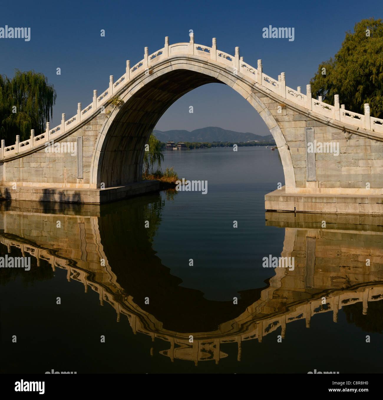 Xiuyi Brücke am südlichen Ende von Kunming See und den Pavillon der brillante Aussichten im Sommerpalast Stockbild