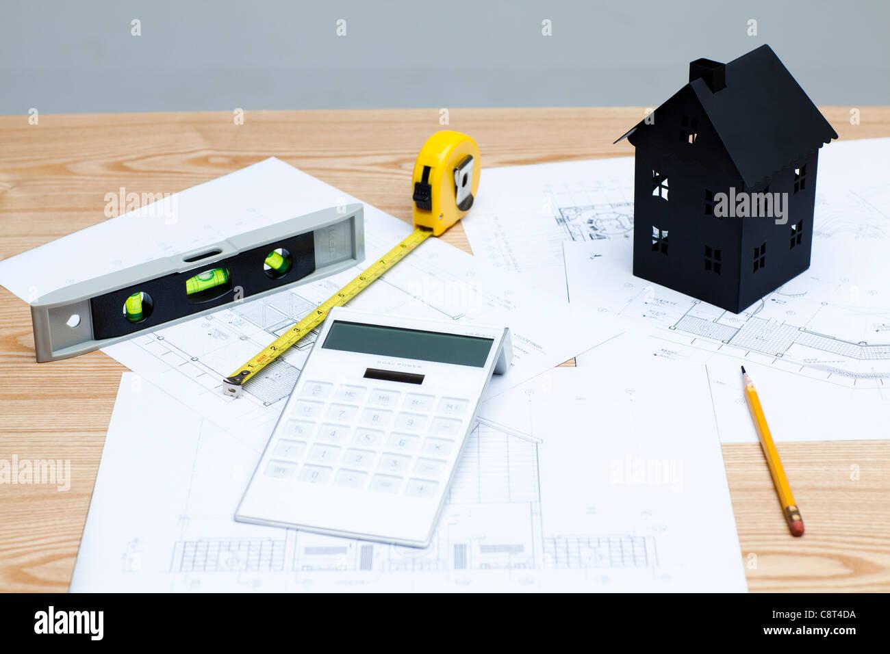 Hausmodell mit Haus Diagramm Papier und Taschenrechner Stockfoto ...