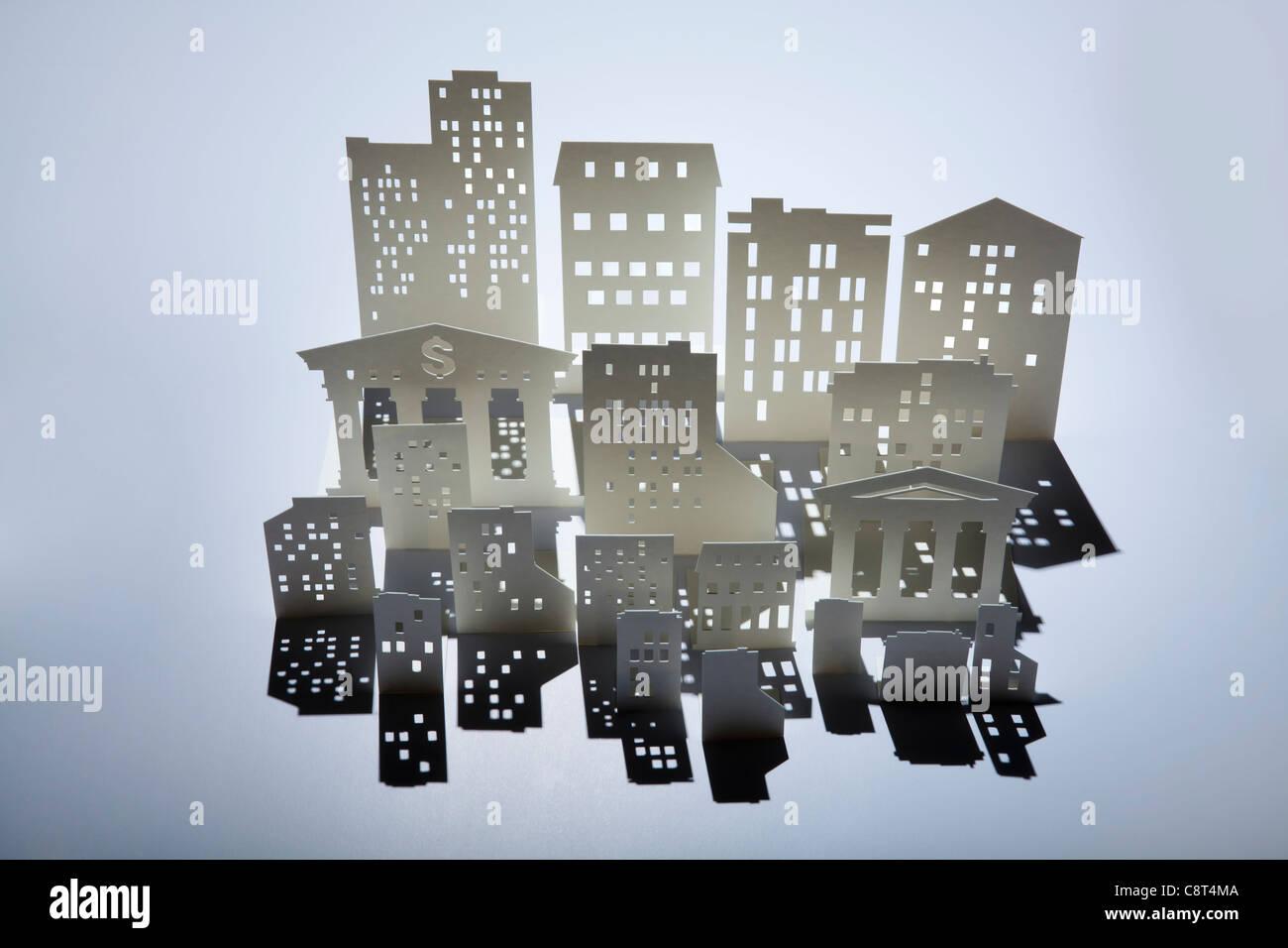 Architekturmodell von Gebäuden und einer Bank mit Dollarzeichen Stockbild