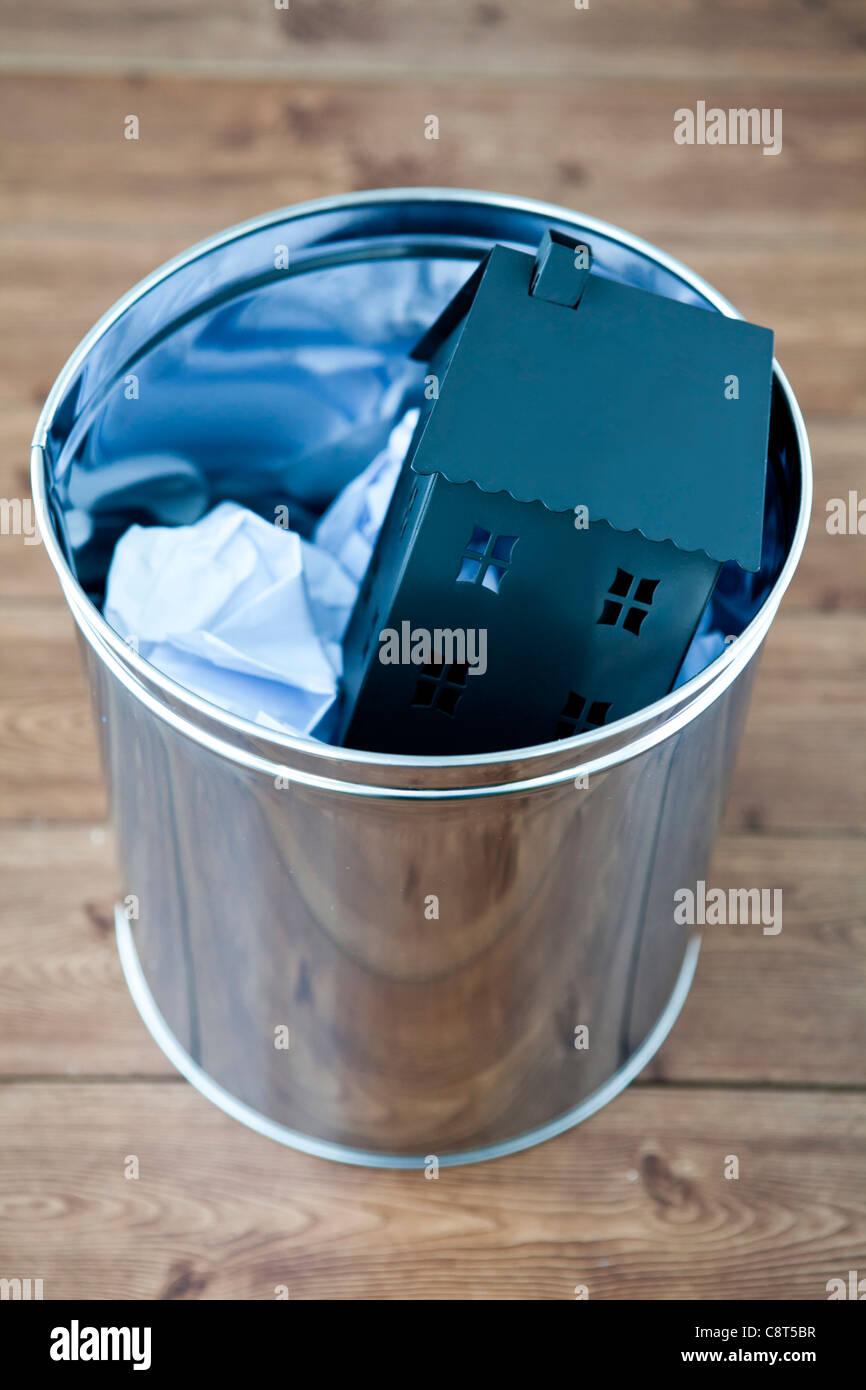 Architekturmodell Haus und zerkleinerten Papier in Müll kann Stockbild