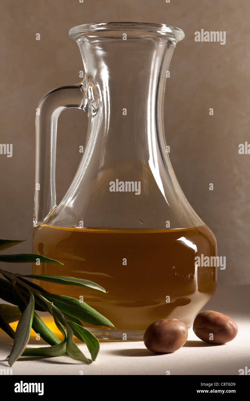 Menage Öl mit Oliven und Filiale Stockbild