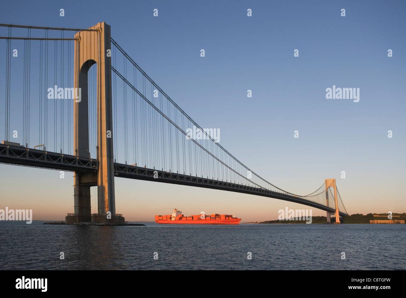 USA, Staat New York, New York City, Brooklyn, Containerschiff unter Verrazano-Narrows-Brücke Stockbild