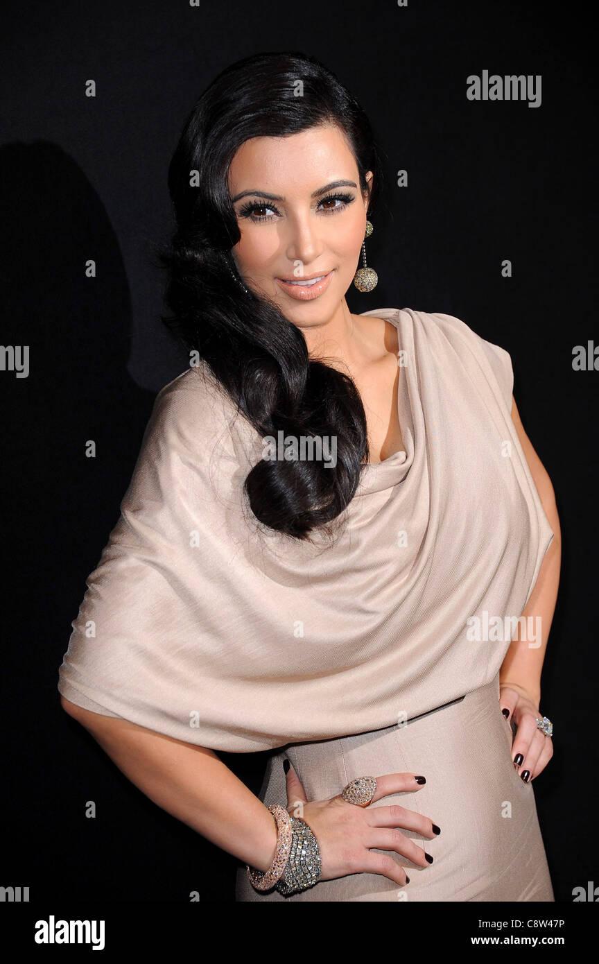 Kim Kardashian (trägt eine Kleid von Victoria Beckham) in die ...