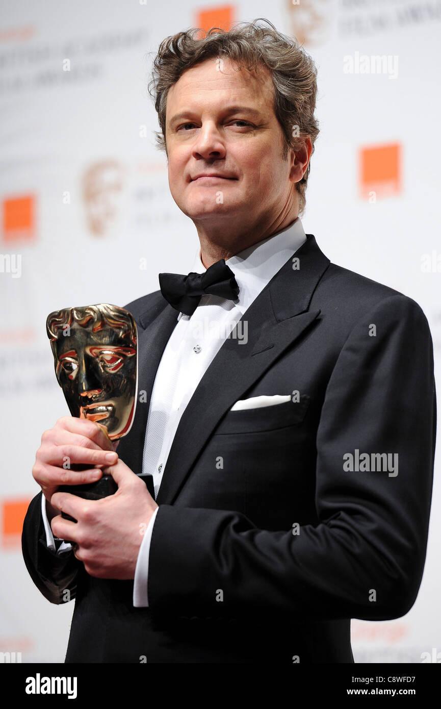 Colin Firth stellt mit dem Award für den besten Schauspieler hinter der Bühne während der BAFTA Film Stockbild