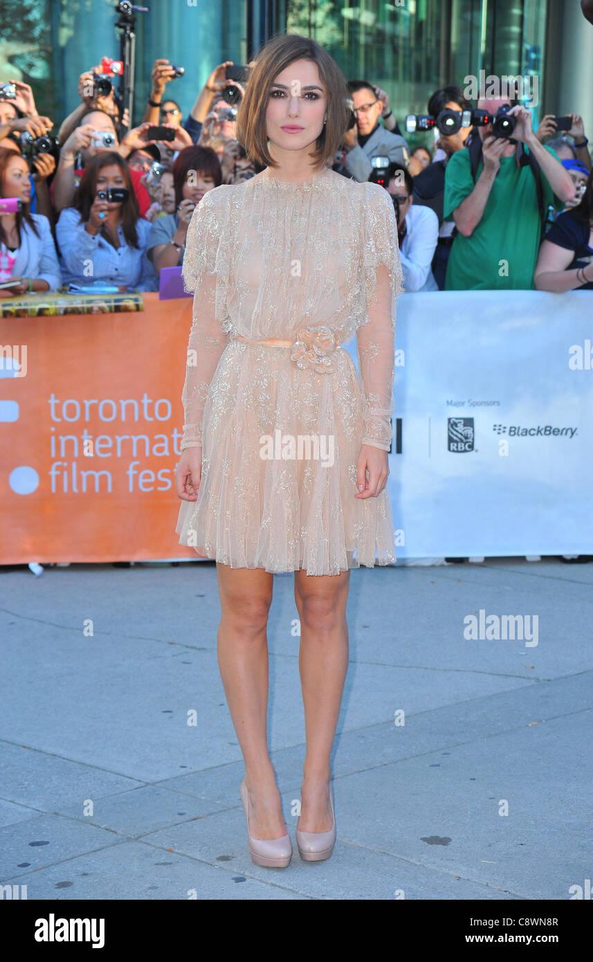 Keira Knightley trägt Elie Saab Couture Kleid Ankünfte gefährliche ...