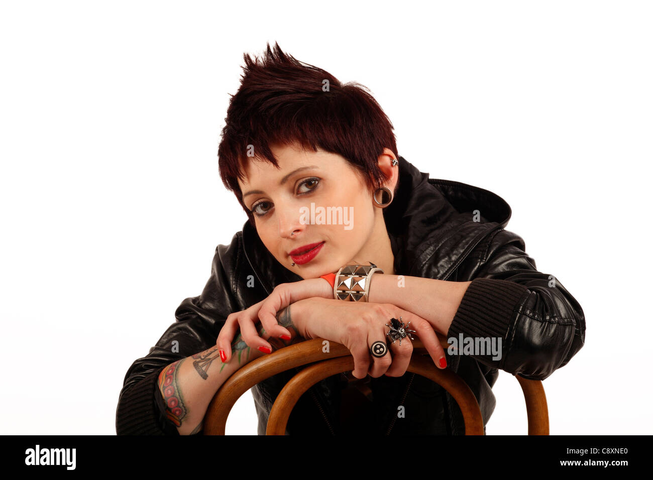 Junge Frau Mit Tattoos Piercings Und Kurze Dunkle Haare