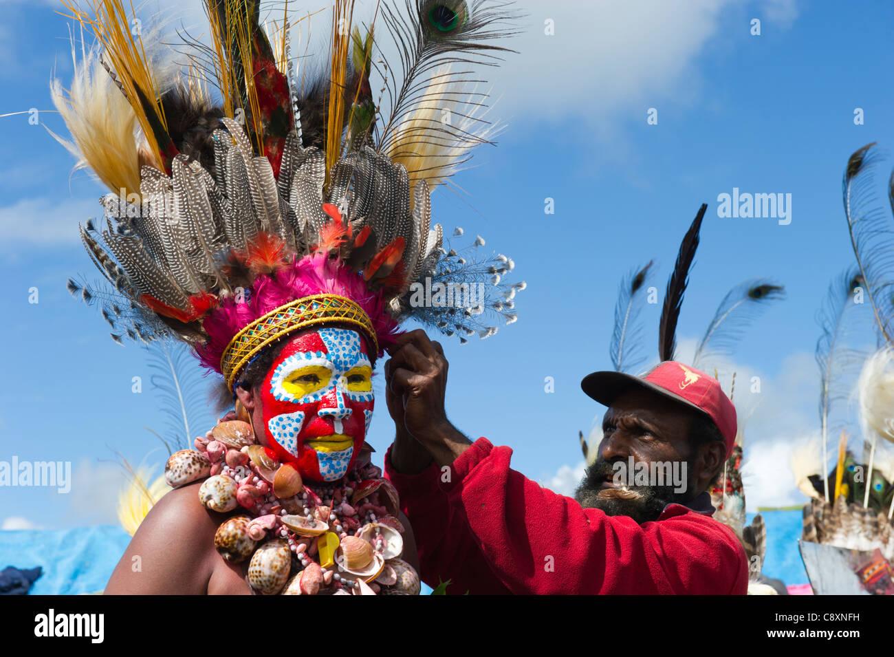 Stammes-Interpreten auf Mt Hagen in Papua-Neu-Guinea Paradiesvogel Federn im Kopf Kleider tragen Stockbild