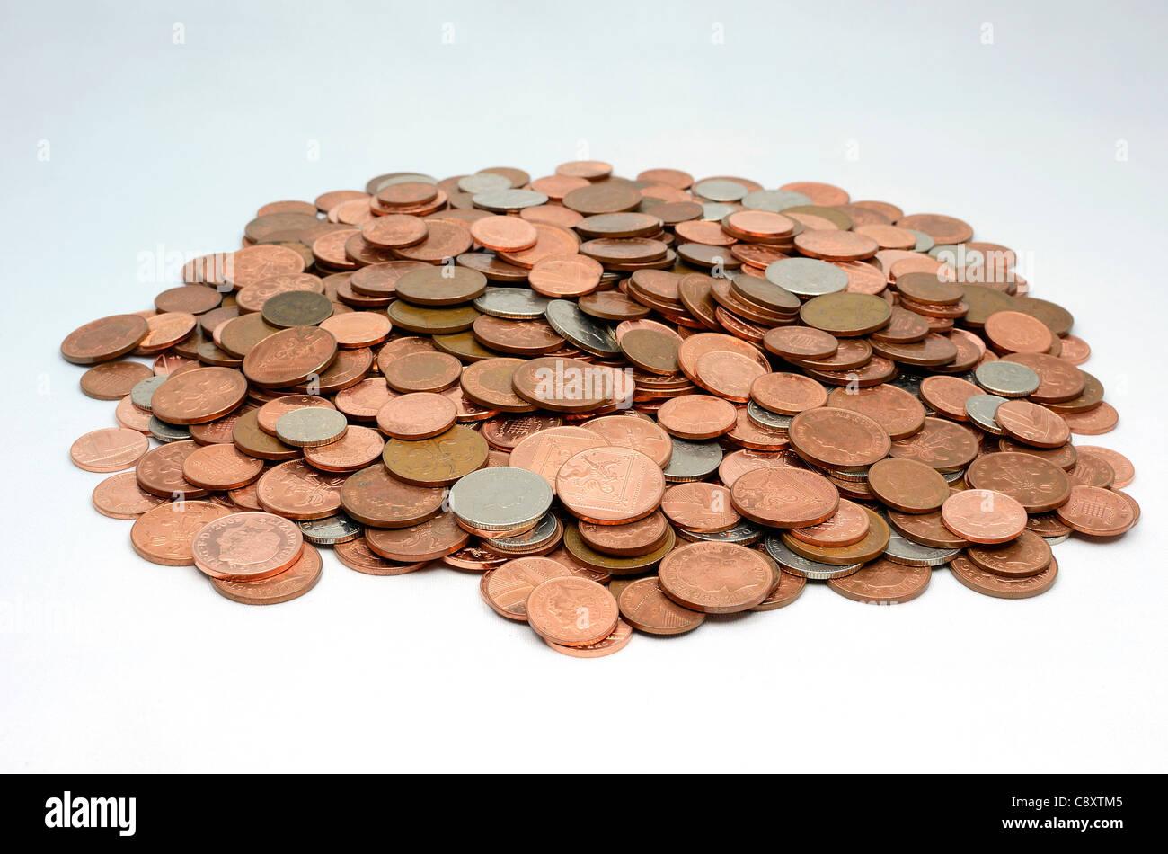 ein Stapel der gemischten britischen Münzen Stockbild