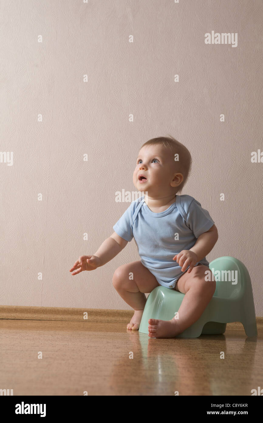 baby junge sitzt auf t pfchen stockfoto bild 39935947 alamy. Black Bedroom Furniture Sets. Home Design Ideas