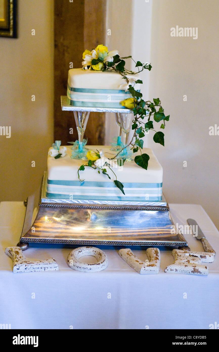 Liebe zwei Tier-Hochzeitstorte Stockbild