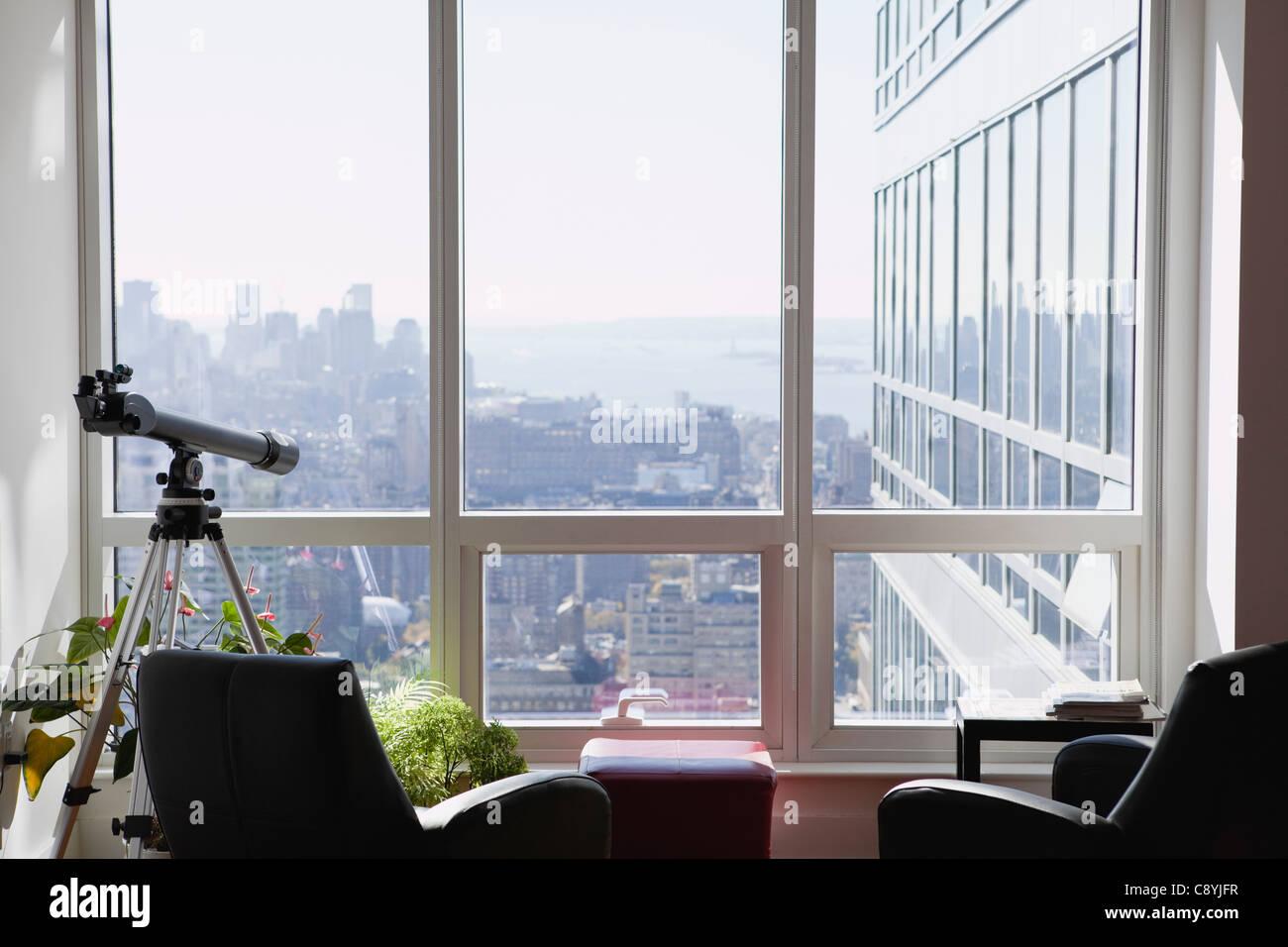 usa new york state new york city teleskop in wohnung new york skyline im hintergrund. Black Bedroom Furniture Sets. Home Design Ideas