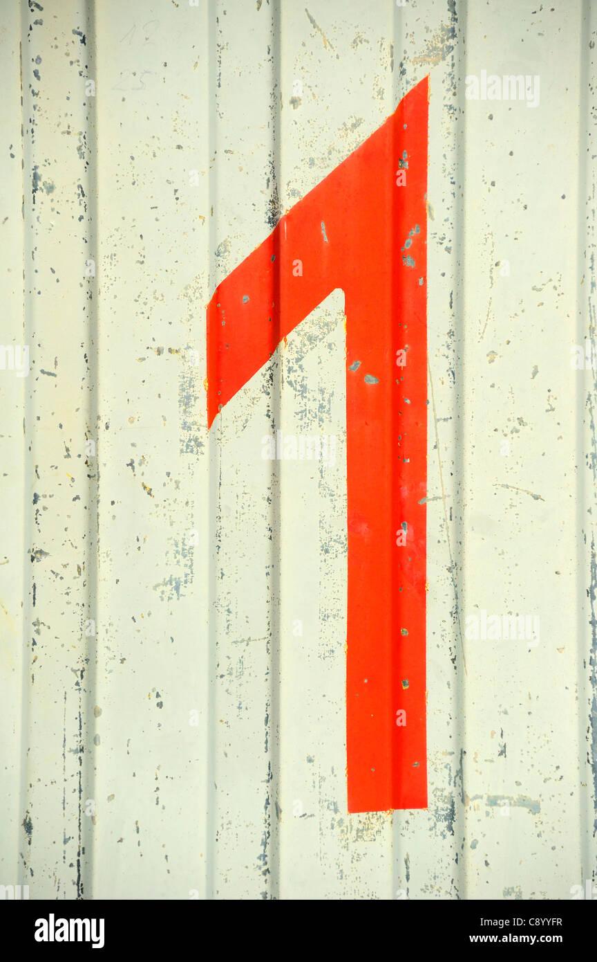 Eine Nahaufnahme von einem Nummer 1 auf der Seite eine misshandelte und zerkratzte Versandbehälter gemalt Stockbild