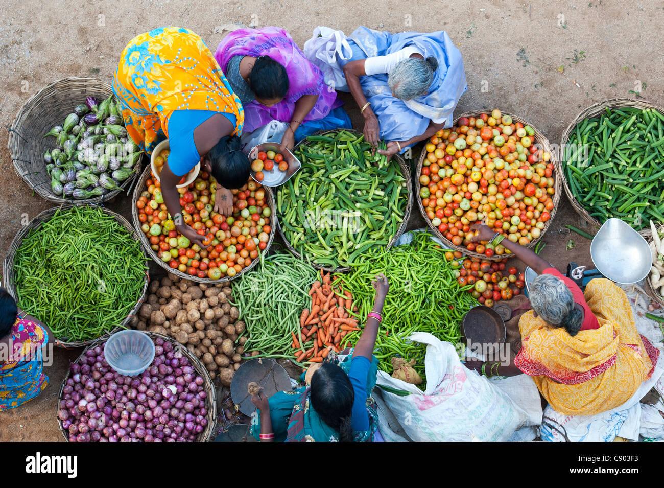 Indische Frauen kaufen Gemüse aus einer Straße Markt in Puttaparthi, Andhra Pradesh, Indien Stockbild