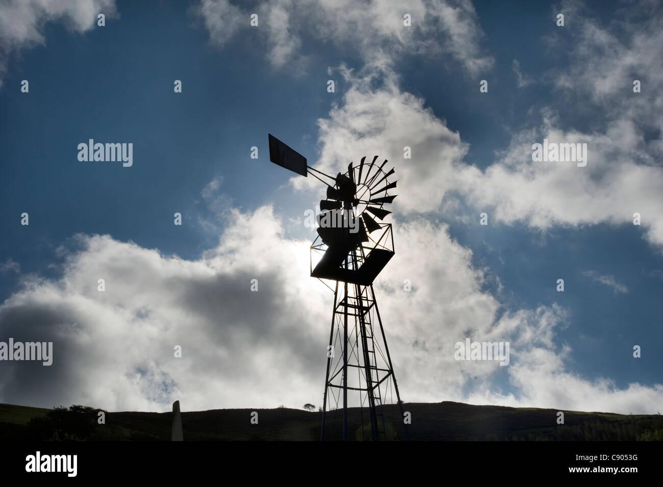 """Eine """"Multi-Blade"""" Windmühle zur Wasser-Pumpen im Wind-Pavillon in der Mitte für Alternative Stockbild"""