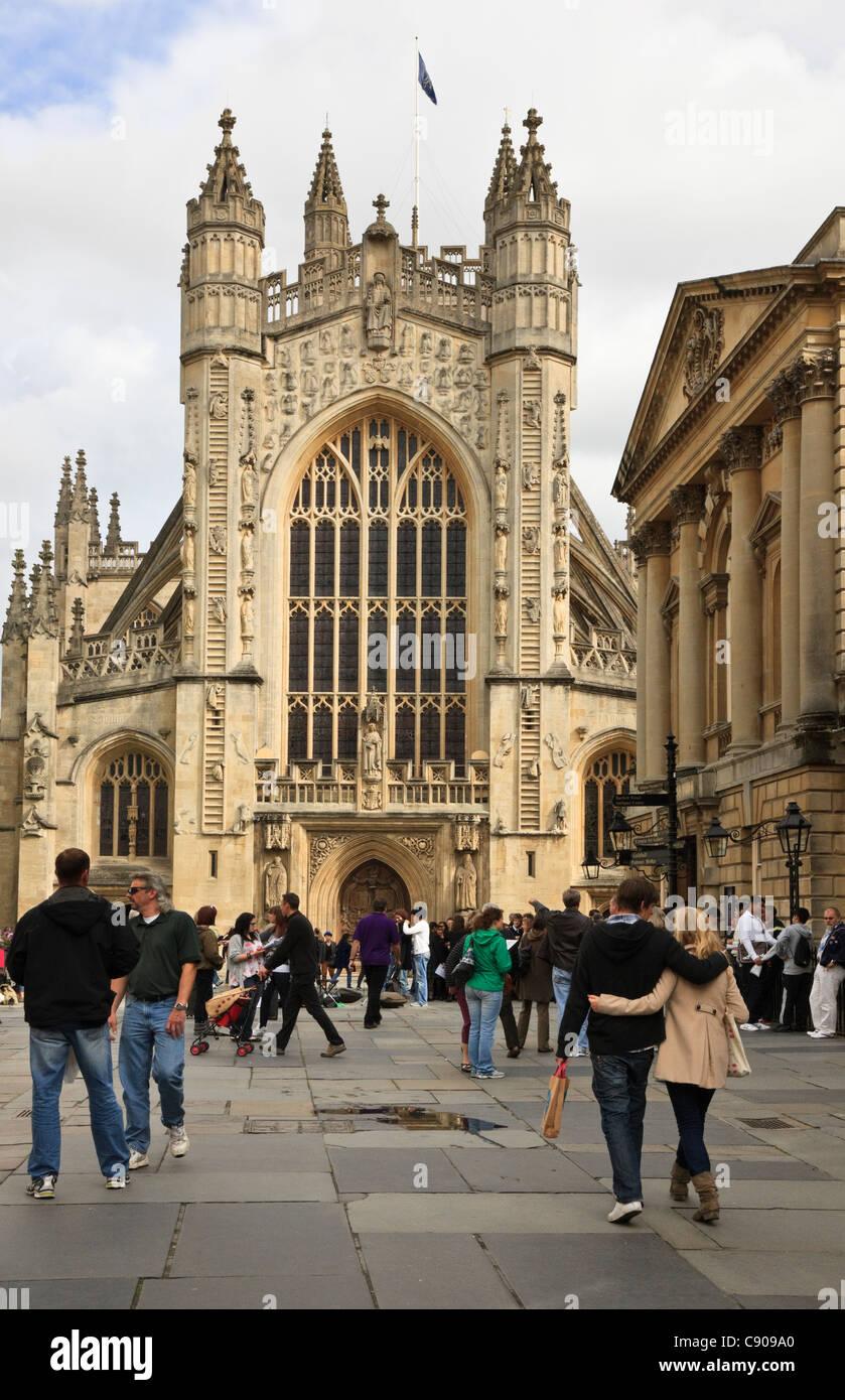 Bath, Somerset, England, Vereinigtes Königreich, Großbritannien. Menschen, die von der Abtei vor dem Eingang Stockbild