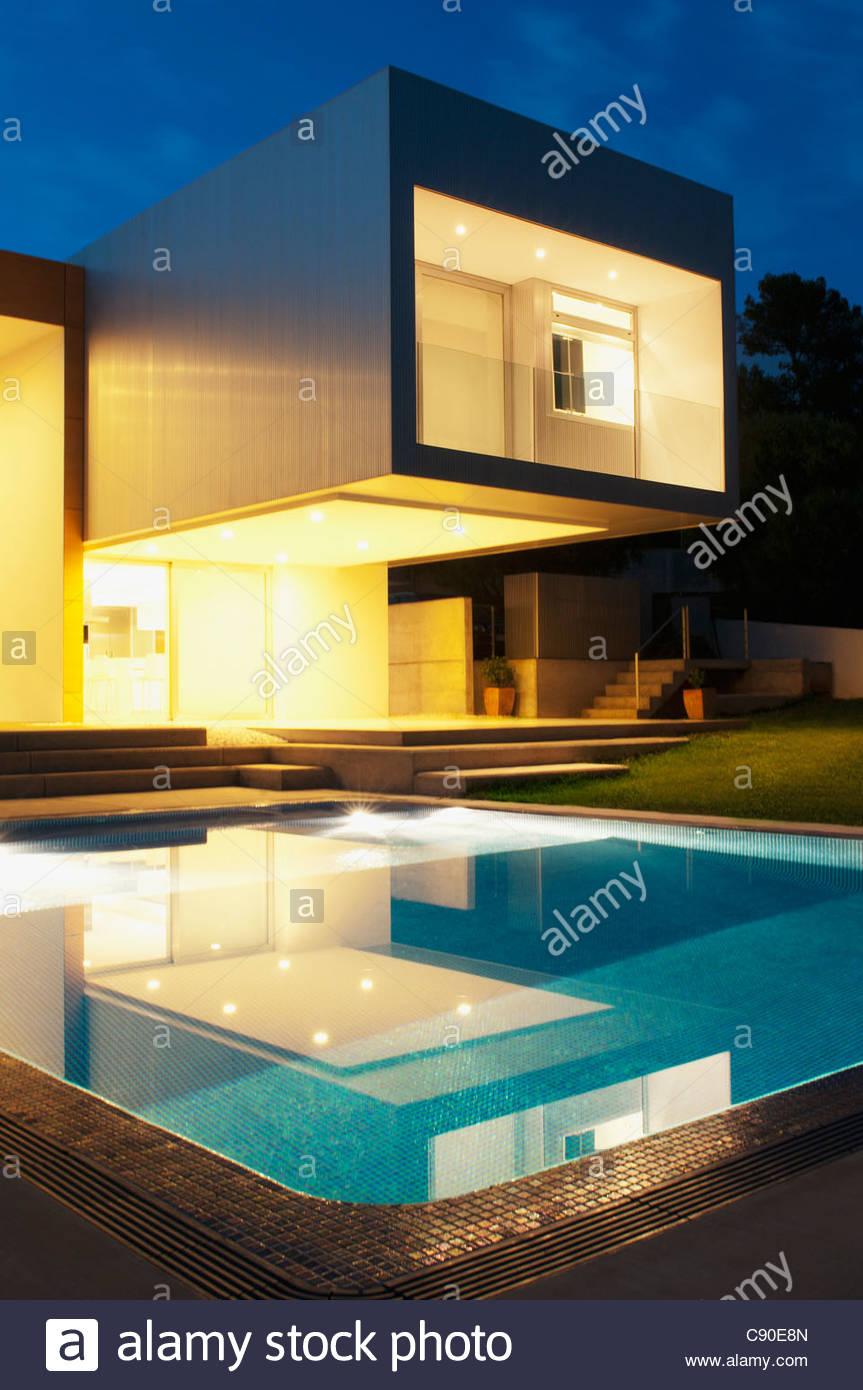 Pool außen modernes Haus in der Dämmerung Stockfoto, Bild: 39963861 ...
