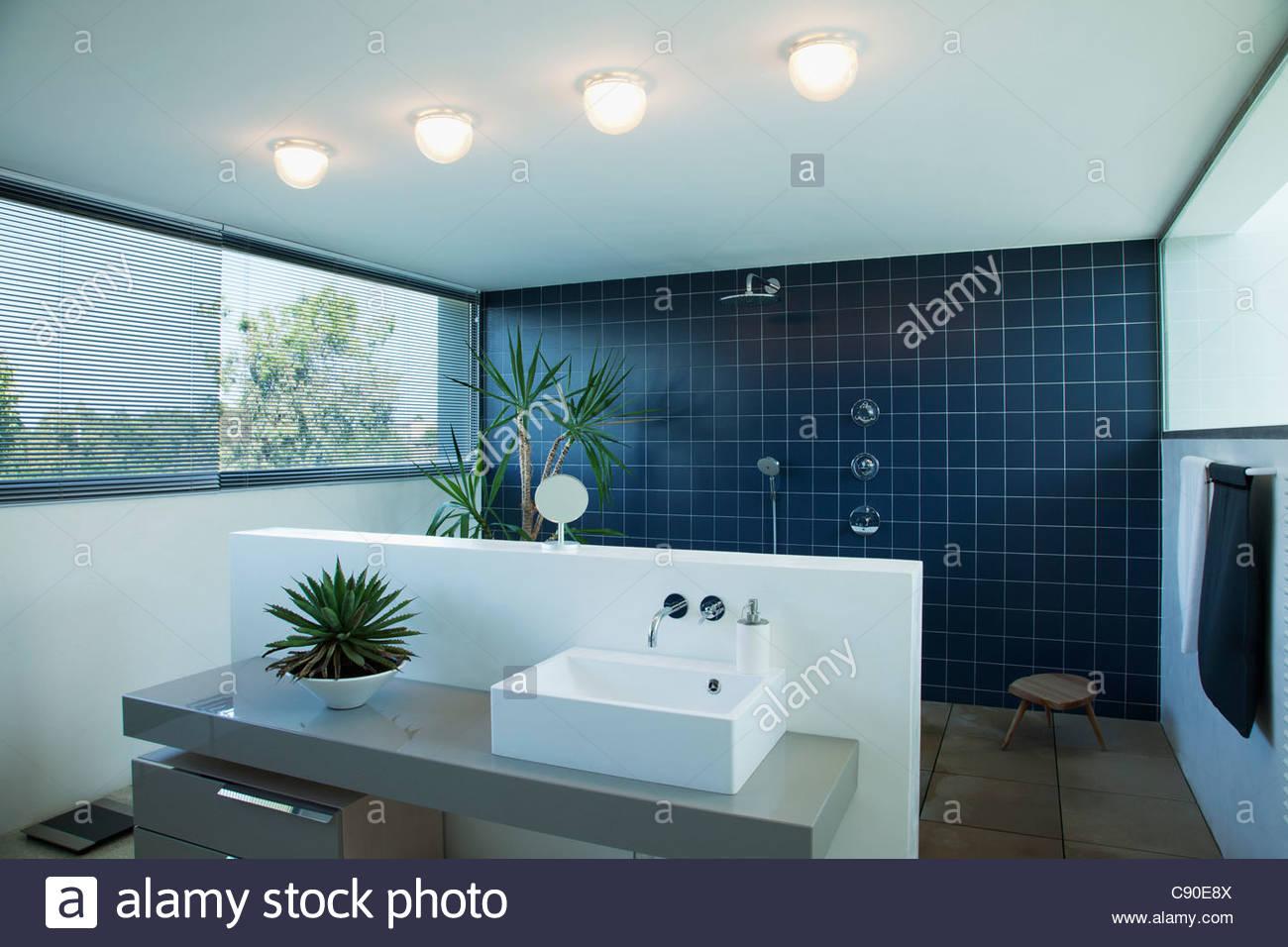 Geflieste Dusche geflieste dusche im modernen badezimmer stockfoto, bild: 39963866