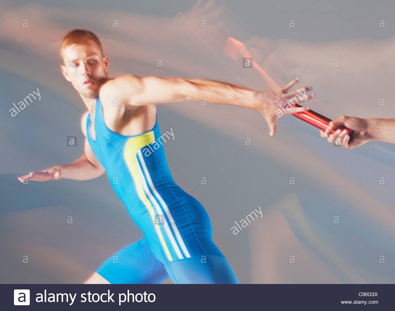 Verschwommene Sicht auf Athleten Staffelstab übergeben Stockbild