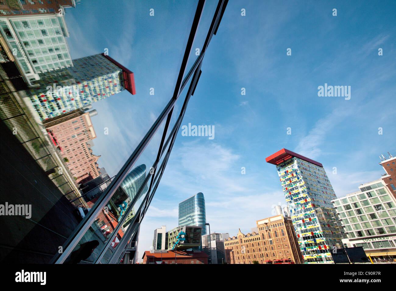 Reflexion über Glasfassade, Medienhafen, Düsseldorf, Düsseldorf, Nordrhein-Westfalen, Deutschland, Stockbild