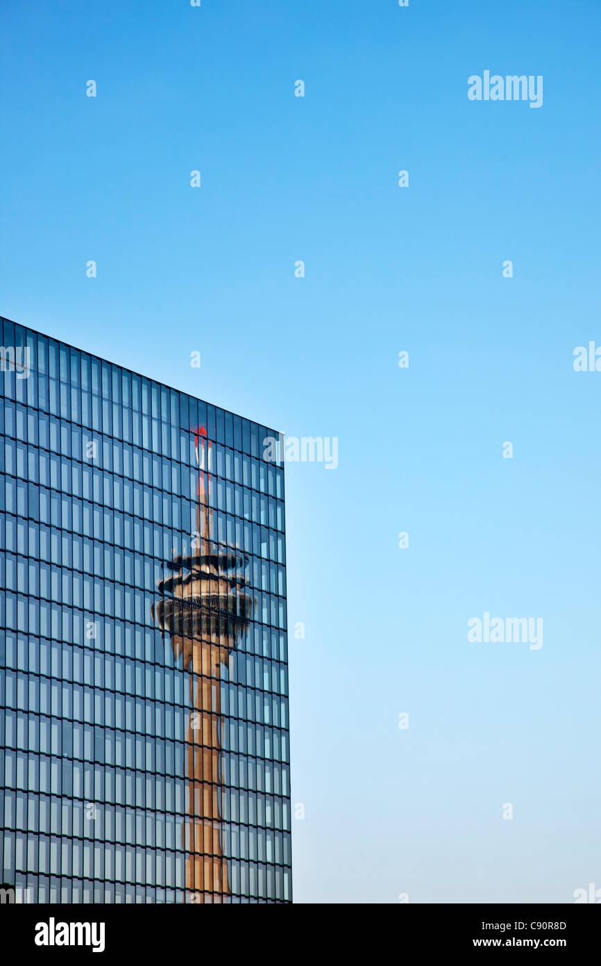 Reflexion des Fernsehturms auf Glasfassade, Medienhafen, Düsseldorf, Düsseldorf, Nordrhein-Westfalen, Stockbild