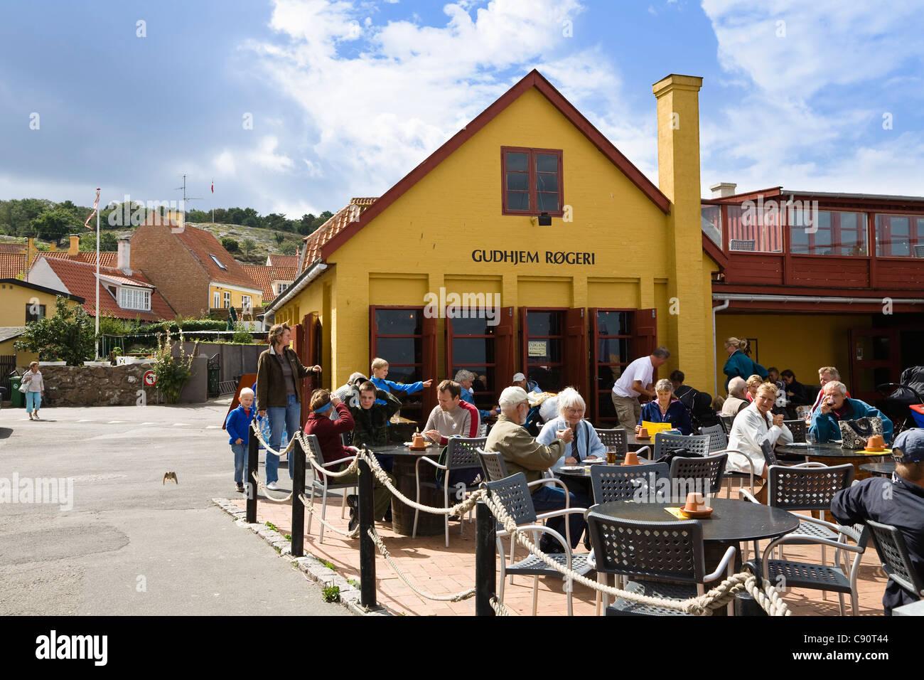 Menschen Vor Hering Räucherei Mit Restaurant Dorf Gudhjem Bornholm