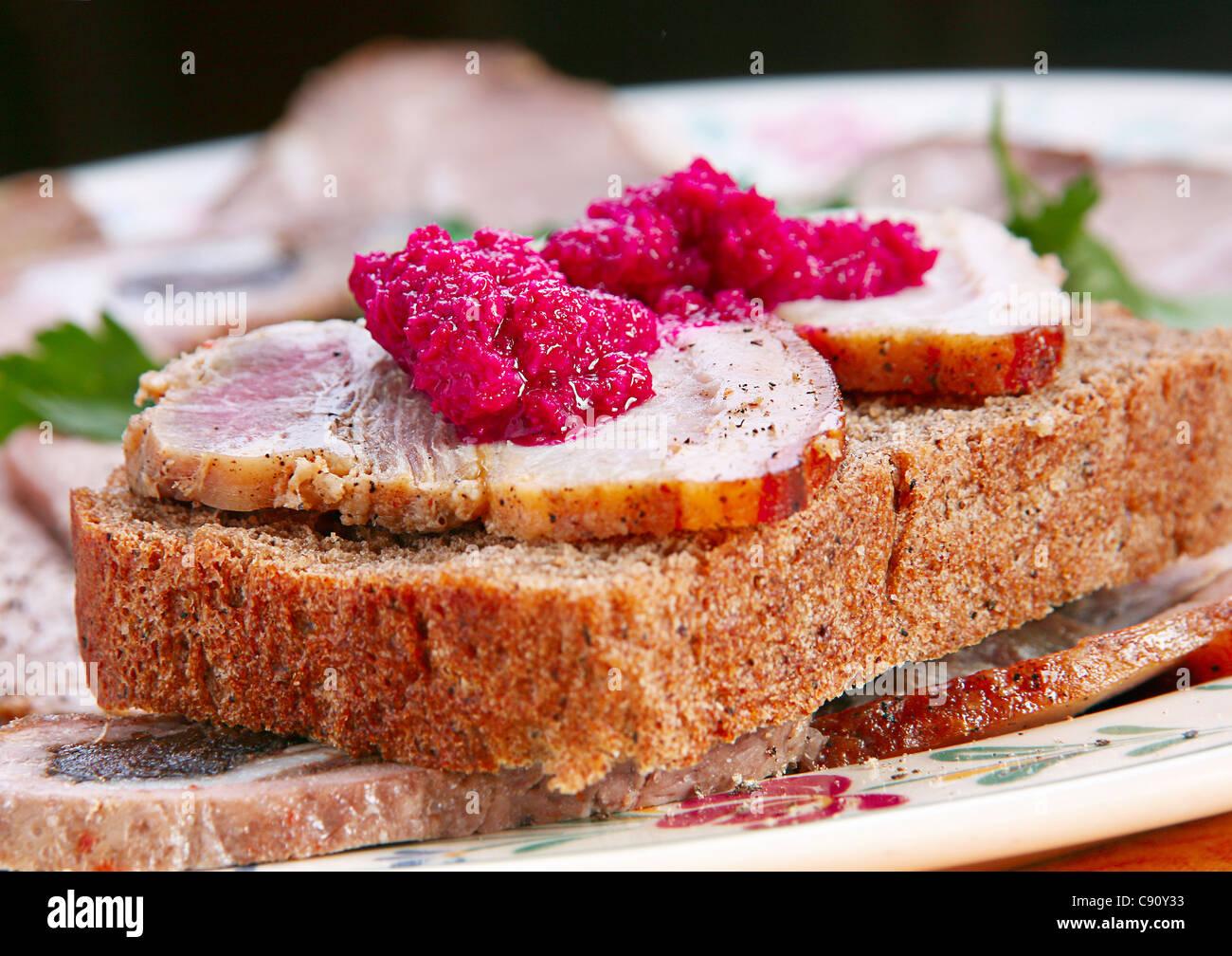 Sandwich mit Fett Scheibe und Meerrettich Stockbild