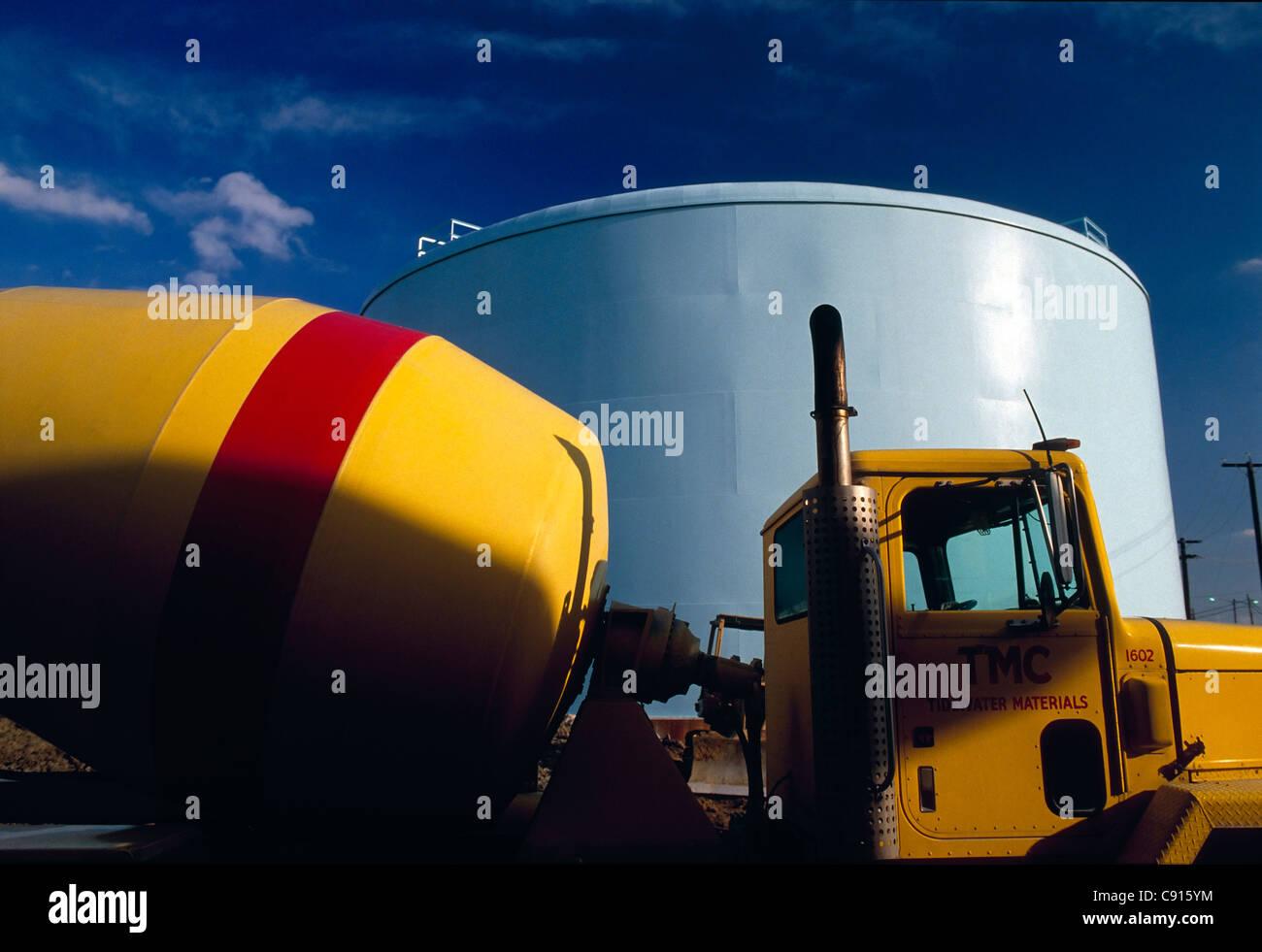 Gelbe Zement-LKW auf der Baustelle eine Wasseraufbereitungsanlage, Hopewell, Virginia, USA Stockbild