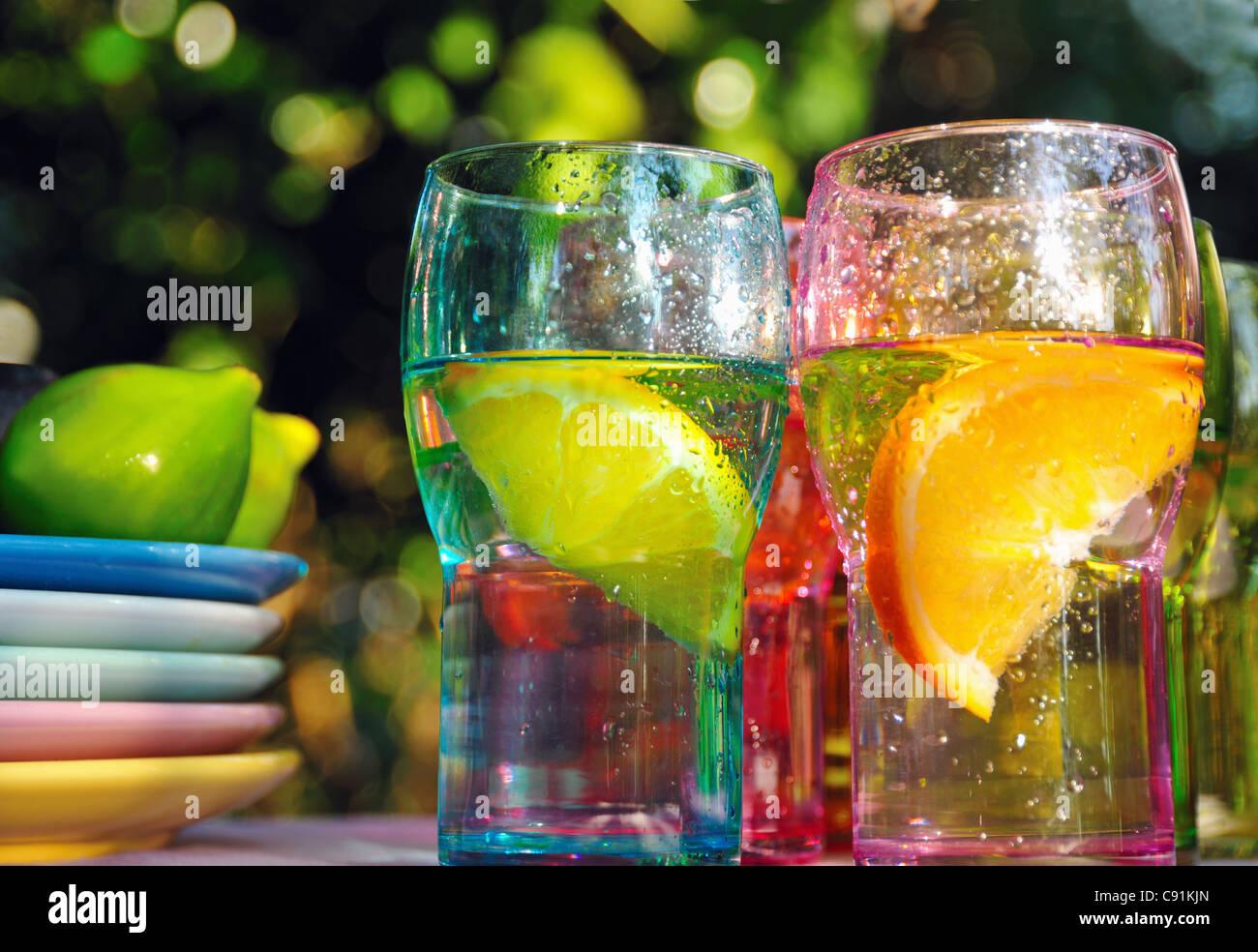Fruchtigen Drinks in bunten Gläsern Stockbild