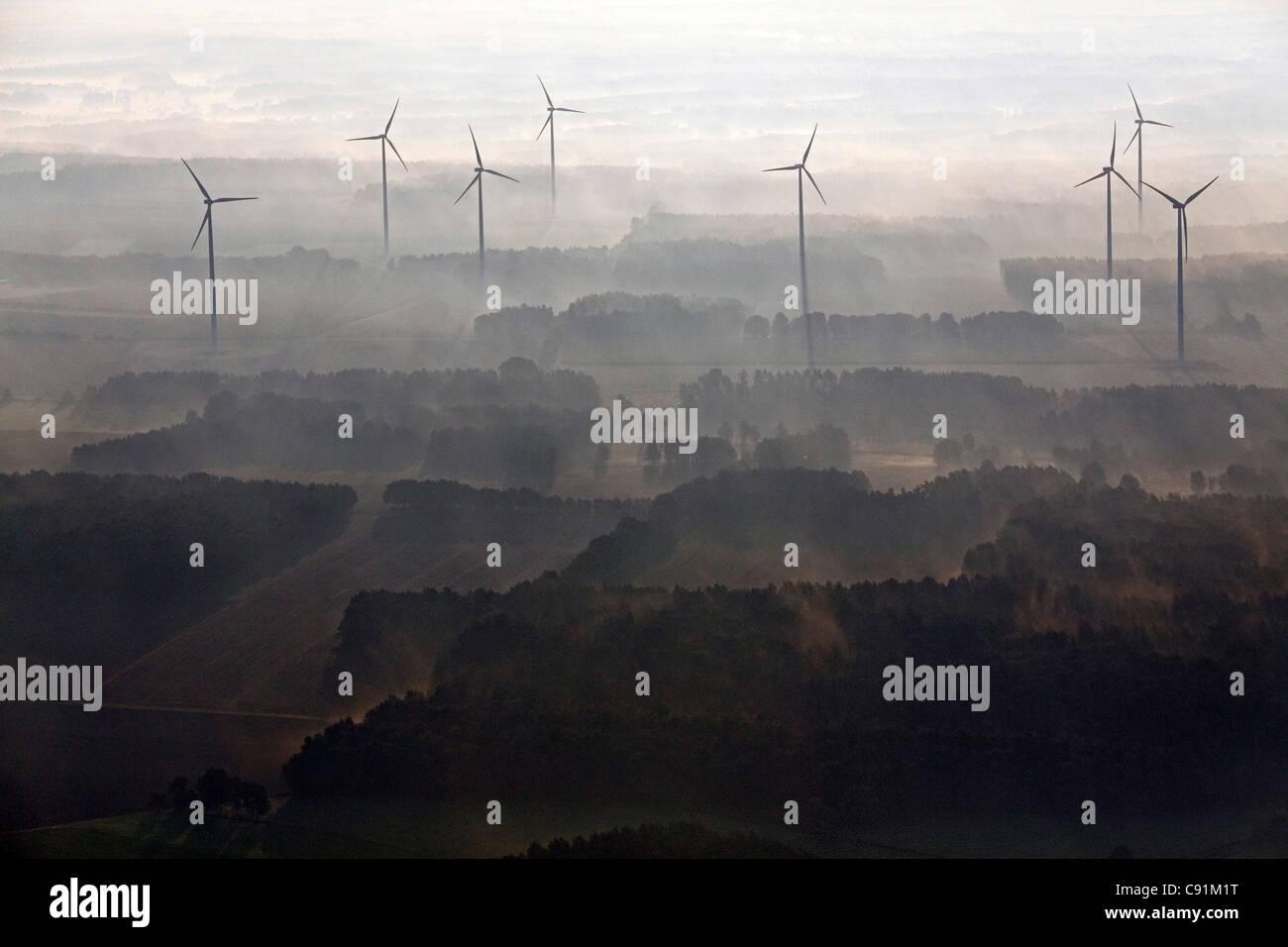 Luftaufnahme eines Windparks in den frühen Morgennebel, Niedersachsen, Norddeutschland Stockbild