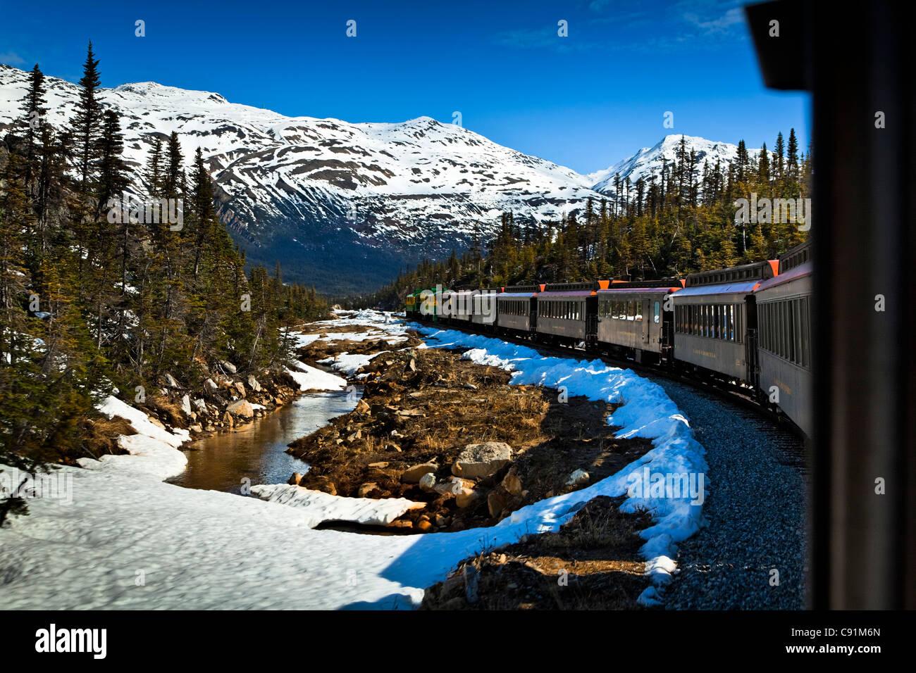 White Pass & Yukon Railroad einen frühen Sommer Ausflug mit Schnee noch auf den Boden, Skagway, Südost Stockbild