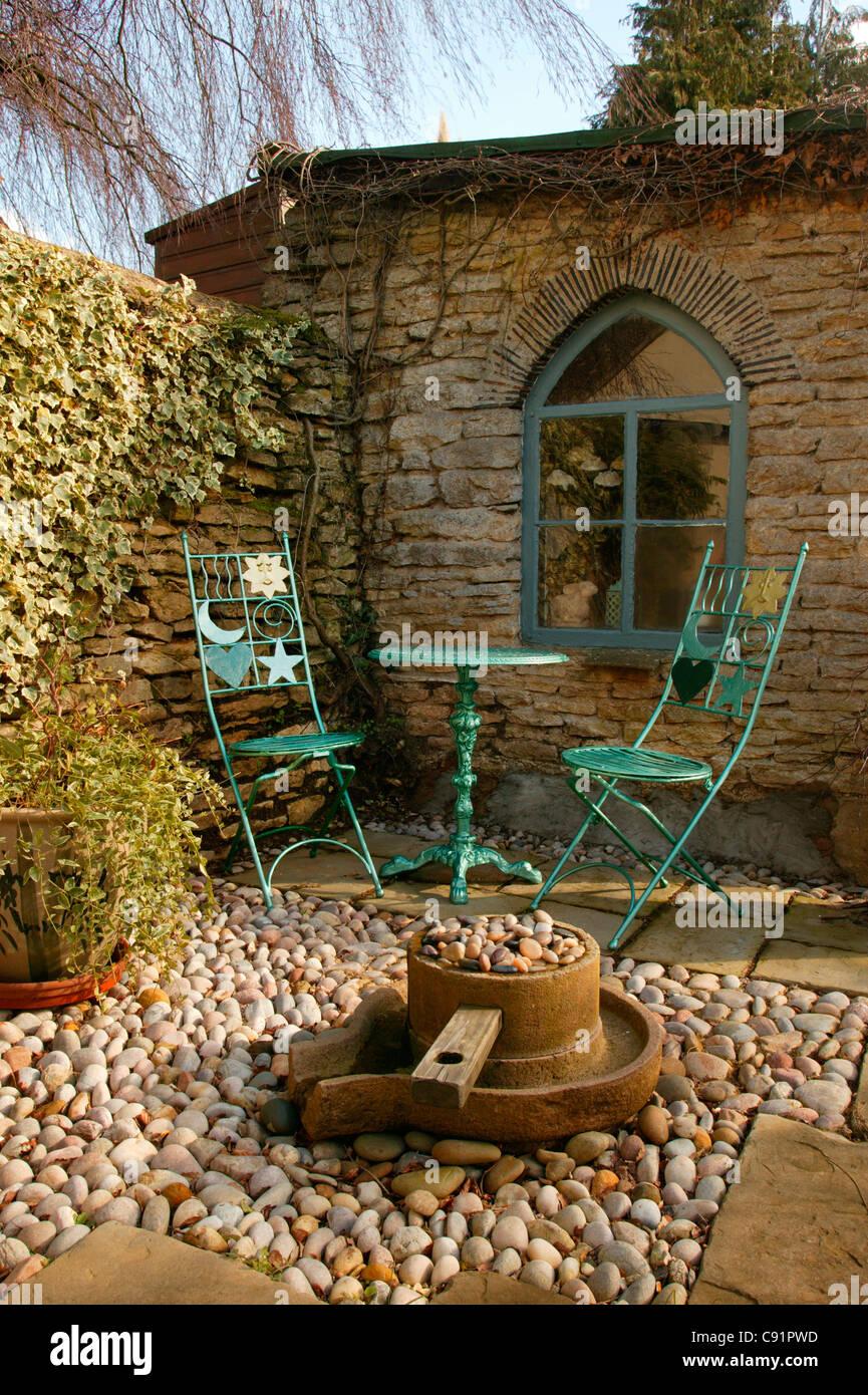 Metall Stuhle Und Tisch Mit Kies Und Stein Terrasse Mit Wasserspiel Und Outdoor Gartenhaus Am Englischen Garten Stockfotografie Alamy