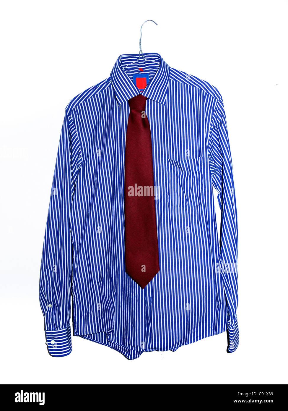 Gestreiftes Hemd und Krawatte auf weißem Hintergrund Stockbild
