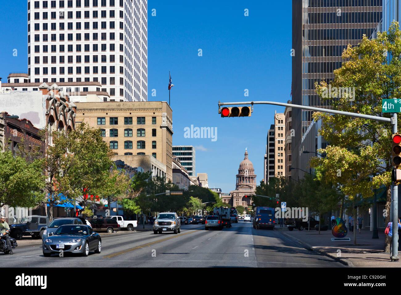 Zeigen Sie nach unten Congress Avenue Towasrds das State Capitol Building in der historischen Innenstadt von Austin, Stockbild